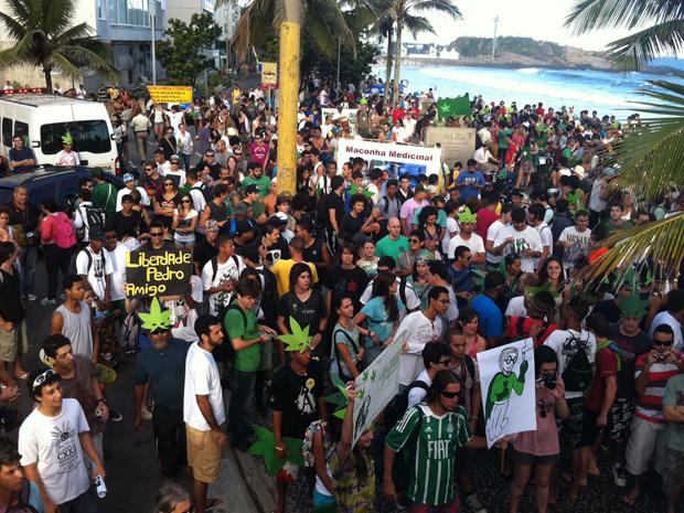 Centenas de pessoas participam, na tarde deste sábado (5), da Marcha da Maconha no Rio. A concentração acontece no Arpoador, Zona Sul, de onde o grupo segue atrás de um bloco rumo ao Coqueirão. No local, haverá apresentação de DJs e MCs. Muitos dos manifestantes levaram faixas e máscaras em formato de folha de maconha (Foto: Aline Pollilo/G1)