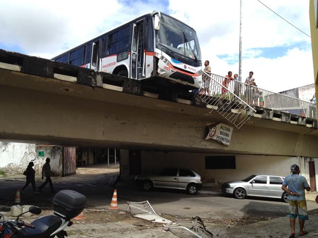 Ônibus chegou a ficar com parte para fora do viaduto (Foto: Walter Paparazzo/G1)