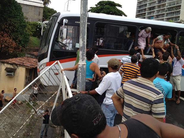Ônibus ficou preso e as pessoas tiveram que ser resgatadas pela janela (Foto: Walter Paparazzo/G1)