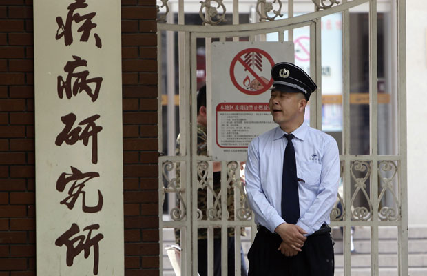 Guarda vigia portão do Hospital Chaoyang, onde o dissidente cego Chen Guangcheng está internado (Foto: Jason Lee/Reuters)