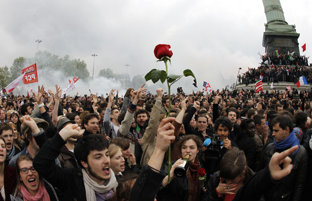 Apoiantes do Partido Socialista comemoram a vitória de Hollande na Place de la Bastille, em Paris (Foto: Francois Guillot/AFP)