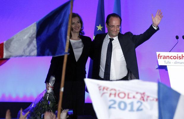 Hollande comemora, ao lado da mulher Valerie Trierweiler, sua vitória nas eleições presidenciais francesas (Foto: Regis Duvignau/Reuters)