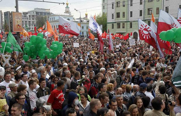 """Pessoas participam da """"Marcha dos Milhões"""", em Moscou, neste domingo (6) (Foto: Denis Sinyakov/Reuters)"""