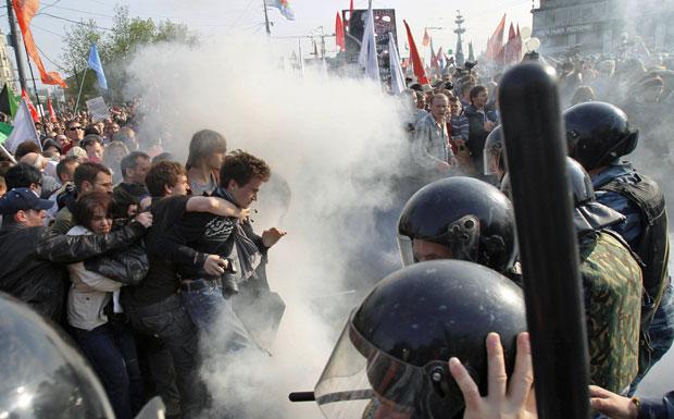 A polícia de choque russa tenta afastar os manifestantes no centro de Moscou neste domingo (6) (Foto: Ivan Sekretarev/AP)