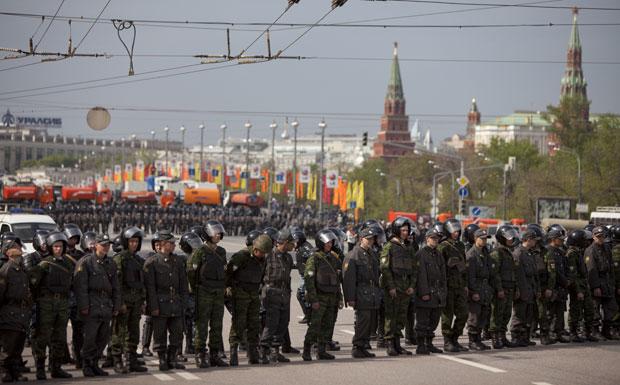 Policiais russos bloqueiam rua no centro de Moscou durante protesto da oposição (Foto: Alexander Zemlianichenko/AP)