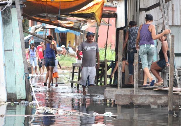 Área alagada no bairro da Raiz (Foto: Carlos Eduardo Matos/G1)
