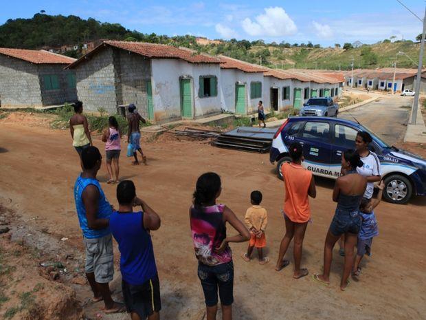Moradores de casas da invsão do Coqueiral desocupam local (Foto: Silvio Rocha)
