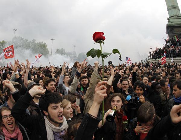 Eleitores de Hollande, do Partido Socialista, comemoram vitória na praça da Bastilha , em Paris. (Foto: François Guillot/AFP )