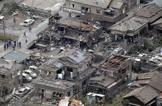 Tornado destruiu dezenas de casas no Japão. (Foto: Yoko Miwa/Yomiuri Shimbun/AP)