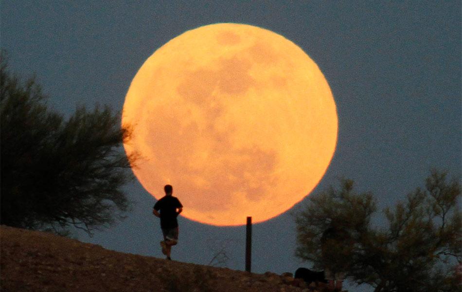 Homem corre em trilha sob a 'Superlua' em parque da cidade de Phoenix, Arizona, nos Estados Unidos