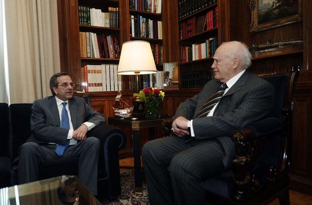 O líder conservador grego Antonis Samaras (à esquerda) fala com o presidente Karolos Papoulias no palácio presidencial nesta segunda-feira (7) em Atenas (Foto: Reuters)