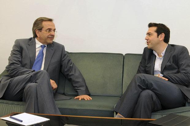 O líder conservador grego Antonis Samaras (à esquerda) negocia com o líder esquerdista Alexis Tsipras no Parlamento, em Atenas, nesta segunda-feira (7) (Foto: AFP)