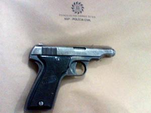 Arma apreendida sob o travesseiro do suspeito de homicídios (Foto: Divulgação/Polícia Civil)