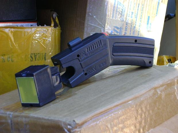 Arma de choque 'taser' também estava entre os produtos localizados (Foto: Alan Schneider/G1 TV Tem Bauru)