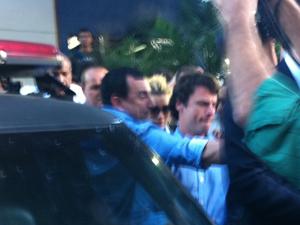 Carolina sai da delegacia sem falar com a imprensa (Foto: José Raphael Berrêdo/G1)