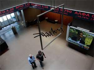 Saguão da bolsa grega, nesta segunda-feira (7) (Foto: Reuters)