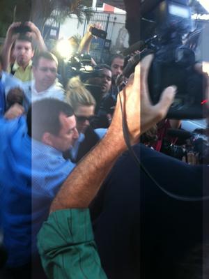 Carolina Dieckmann deixa delegacia no Rio  (Foto: José Raphael Berrêdo / G1)