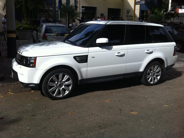 Atriz chegou com o marido e advogado em uma Land Rover  (Foto: Janaína Ferreira/G1)