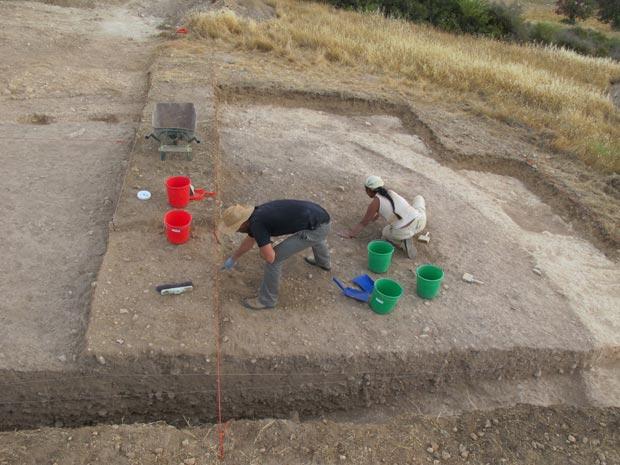Escavações no sítio arqueológico de Klimonas, no Chipre (Foto: PNAS/Divulgação)