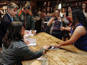 A autora britânica E L James durante a turnê de divulgação de 'Fifty Shades of Grey' nos EUA, em abril de 2012 (Foto: Jeffrey M. Boan/AP)