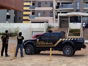 Policiais federais fazem buscas durante a Operação Dublê, na Paraíba (Foto: Walter Paparazzo/G1)