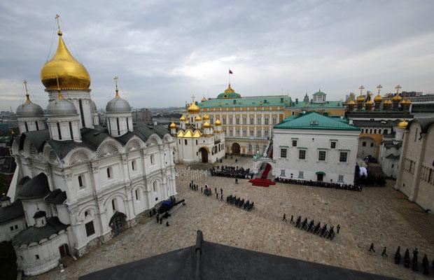 Guardas marcham na oficialização da volta à Presidência de Vladimir Putin na praça da catedral, no Kremlin, em Moscou (Foto: Alexander Zemlianichenko/Reuters)