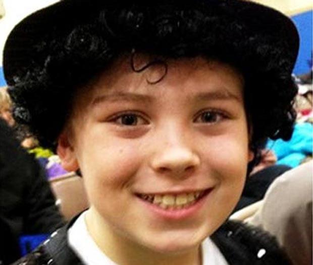 Em fevereiro deste ano, o menino Lenny Boberg, de 9 anos, foi suspenso em uma escola primária em Winona, no estado de Minnesota (EUA), depois de imitar o famoso gesto de Michael Jackson e colocar a mão na virilha enquanto interpretava a canção 'Billie Jean'. (Foto: Reprodução)