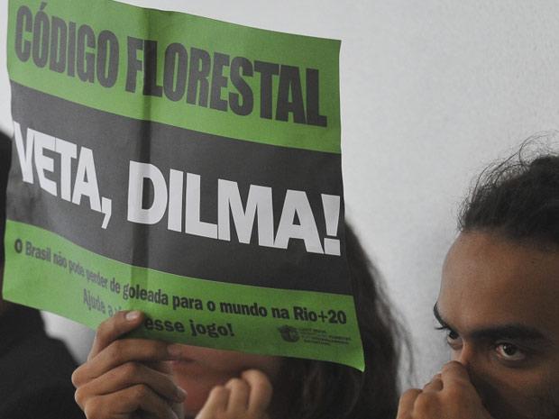 Manifestante pede veto de Dilma ao Código Florestal durante reunião de comissão do Senado (Foto: Antônio Cruz / Agência Brasil)