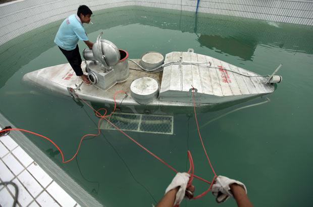 Zhang Wuyi realizou testes com submarino caseiro em uma piscina artificial em Wuhan. (Foto: Reuters)