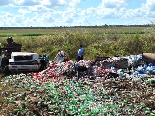 Centenas de embalagens de refrigerantes e água ficaram espalhadas pelo local (Foto: Jornal O Divisor)