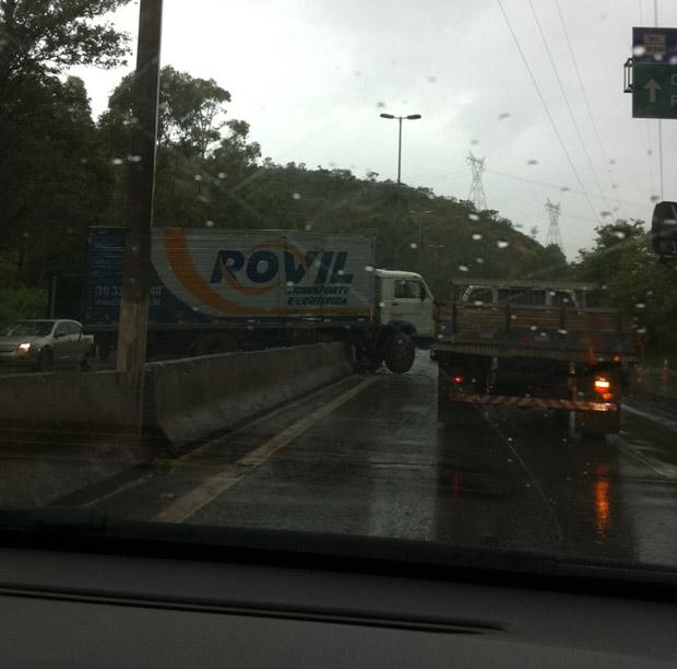 Um acidente envolvendo um caminhão, no bairro Buritis, na Região Oeste de Belo Horizonte, provoca lentidão no trânsito Anel Rodoviário, na tarde desta terça-feira (8).  (Foto: Isabela Scalabrini/Arquivo pessoal)
