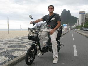 O estudante Aloysio Cunha diz que a elétrica facilitou sua movimentação pela cidade (Foto: Daniel Fraiha/G1)