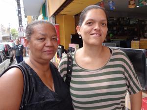 Antônia (E) disfarça na frente da filha Renata (D), mas quer um celular. (Foto: Katherine Coutinho / G1)