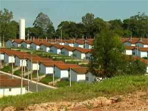 Sem moradores, conjunto habitacional vira bairro-fantasma em Louveira (Foto: Reprodução EPTV)