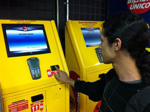 Usuário não consegue bilhete único na Estação Consolação, da Linha 2-Verde do metrô (Foto: Márcio Pinho/G1)