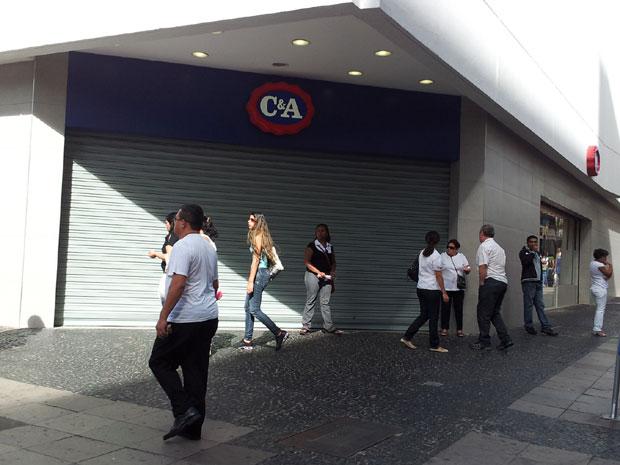 Loja alvo de assalto no centro de Campinas (Foto: Luciano Calafiori/G1)
