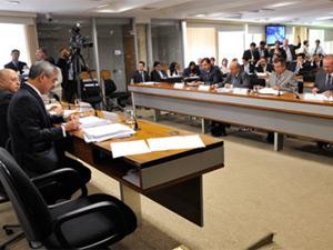 Relator de processo sobre Demóstenes no Conselho de Ética lê resumo de seu relatório (Foto: Geraldo Magelo / Agência Senado)