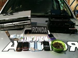Suspeito foi preso com drogas, faca e produtos sem nota fiscal (Foto: Polícia Militar/ Divulgação)