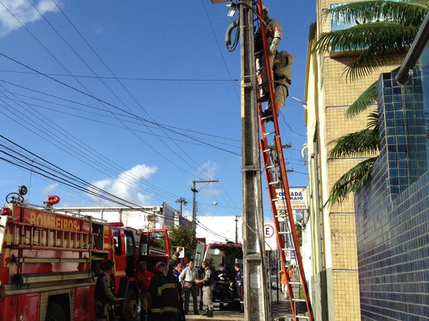 Funcionário da Energisa ficou preso em escada após receber descarga (Foto: Walter Paparazzo/G1 PB)