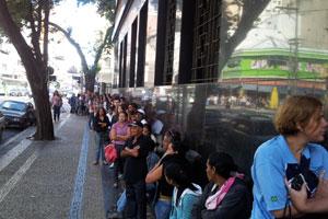 Fila para atendimento da Justiça Eleitoral em Campinas (Foto: Luciano Calafiori/G1)