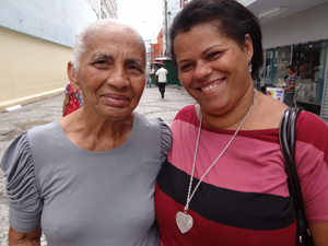 Georgina (E) e a filha Joana (D). (Foto: Katherine Coutinho / G1)