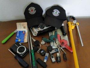 Objetos apreendidos pela Guarda Municipal com os três suspeitos (Foto: Divulgação/ Guarda Municipal)