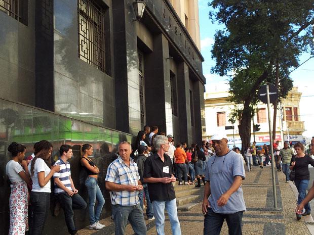 Fila na entrada da Câmara Municipal de Campinas (Foto: Luciano Calafiori/G1)