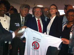 O presidente da Câmara, Marco Maia, recebeu manifesto para votação da PEC do Trabalho Escravo de artistas e ministros (Foto: Nathalia Passarinho / G1)