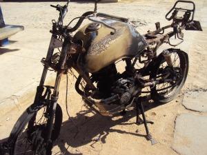Motor de moto explodiu após queda e matou homem em Quixeramobim (Foto: Fernando Ivo/ osertaoenoticia.com)