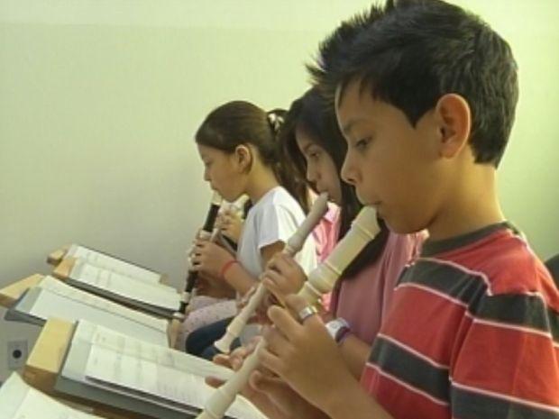 Os pequenos começam o aprendizado com a flauta.  (Foto: reprodução/TV Tem)