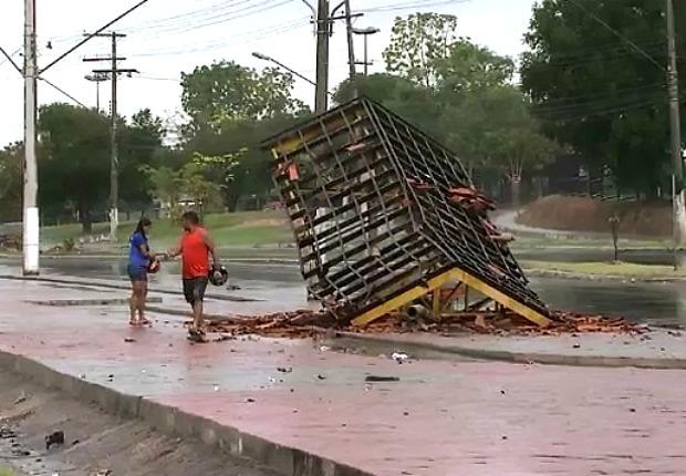Para ficou destruída com a batida (Foto: Reprodução/TV Amazonas)