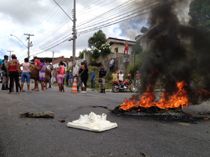 Protesto deixou o trânsito da Botto de Meneses paralisados por alguns minutos (Foto: Walter Paparazzo/G1 PB)
