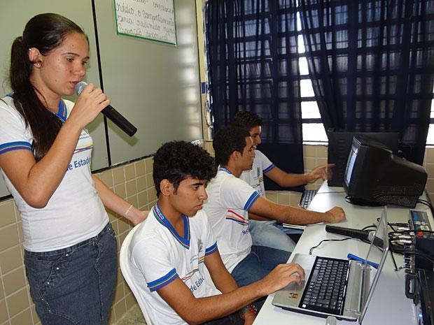 Ensino Médio Inovador - Pernambuco - Rúbia Borba e turma de rádio (Foto: Luna Markman / G1)