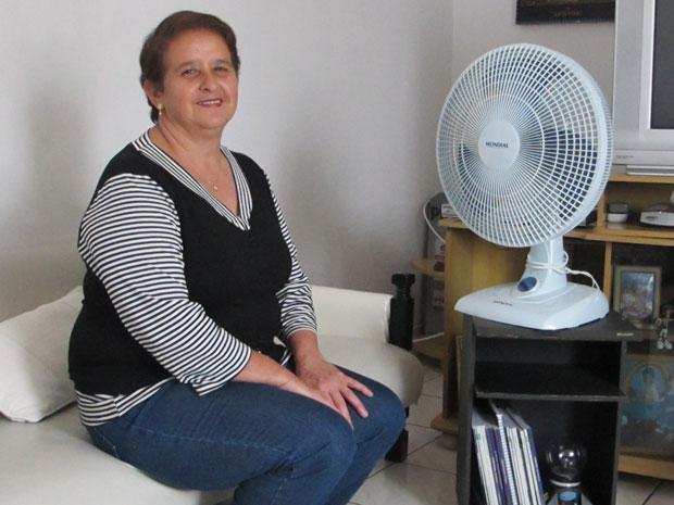 A costureira Elizabeth Fernandes adquiriu três produtos por meio do programa de pontos: um ventilador, uma cafeteira e um chuveiro (Foto: Gabriela Gasparin/G1)